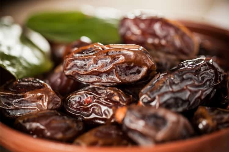 how many dates should you eat per day for iron deficiency